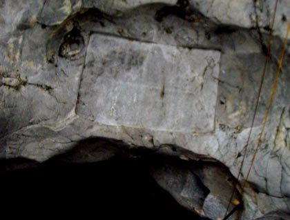 Bia khắc trên mái đá của vua Lê Thánh Tông.