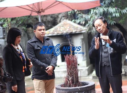 Ông Nguyễn Văn Son giới thiệu về Tràng An Cổ với chị Nguyễn Thị Thu Hương và anh Lê Thái Bình