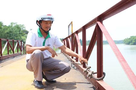 Anh Trần Văn Trường trên cây cầu phao bắc qua sông Tả Trạch.