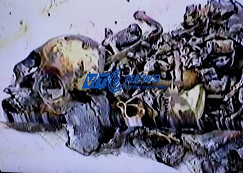 Bộ xương nguyên vẹn của người con gái đào được trong hang. Ông Son tin rằng, người xưa đã yểm thiếu nữ này
