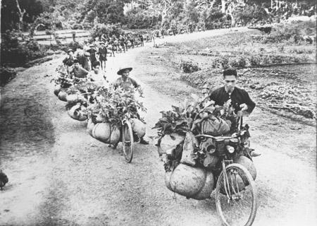 Đoàn xe đạp thồ của dân công hỏa tuyến đưa hàng phục vụ Chiến dịch Điện Biên Phủ.