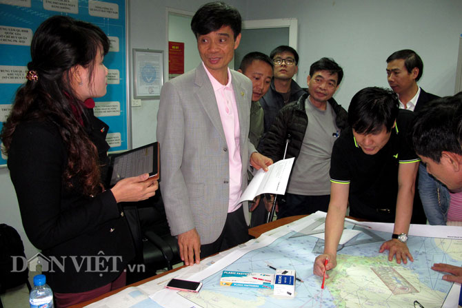 Ông Phạm Quý Tiêu - Thứ trưởng Bộ GTVT (mặc áo vest đứng) chỉ đạo công tác tìm kiếm cứu nạn.