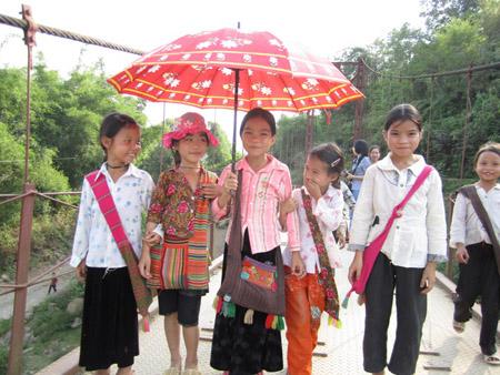 """Trẻ em ở xã nghèo Mường Khoa, huyện Tân Uyên, Lai Châu được chăm sóc,  học hành đầy đủ theo nội dung thi đua """"5 không, 3 sạch""""."""