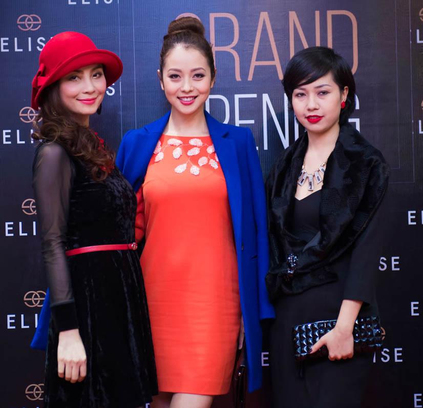 Cô cùng MC Vân (bên trái) và fan hâm mộ