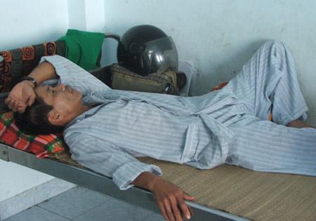 Ông Quý đang điều trị tại Bệnh viện đa khoa huyện Đồng Xuân (Phú Yên)