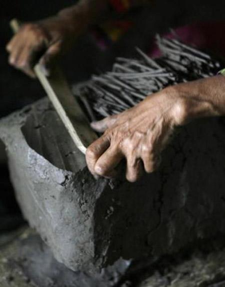 Người dân làng Tuban đang làm bánh từ đất