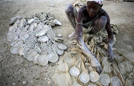 Còn đây là người dân Haiti đang phơi những chiếc bánh làm từ đất sét