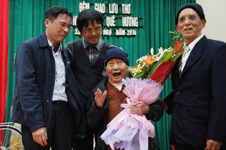Cụ Bùi Thị Cầu giao lưu với bà con và các nhà thơ trong đêm thơ Nhịp cầu quê hương.