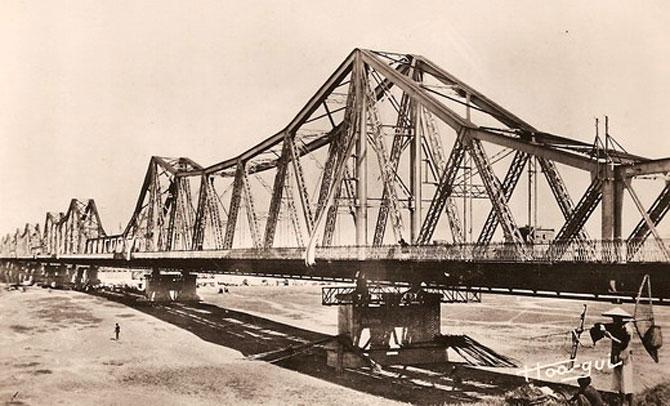 Hình ảnh cây cầu trăm tuổi mang tên Cầu Long Biên.