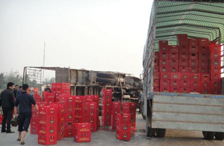 Gần 1.000 thùng bia đã được người dân Hà Tĩnh thu dọn ngăn nắp và sắp xếp lên xe cho tài xế .