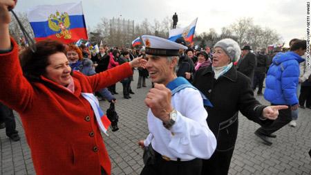 Người dân Crimea nhảy múa ăn mừng kết quả kiểm phiếu sáp nhập vào Nga.