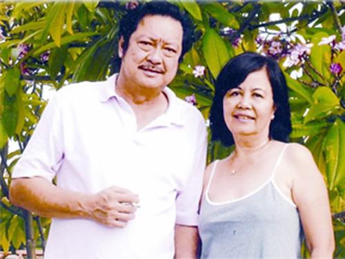 Vợ ông, bà Bích Trâm luôn ở bên chồng suốt từ khi ông còn trẻ, nổi tiếng cho đến tận bây giờ