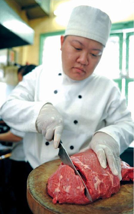 Chế biến thịt bò Úc. Ảnh: Phan Quang