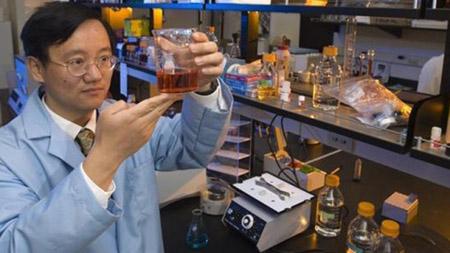 """Giáo sư Zhang với hộp """"tiêu hóa"""" gỗ thành tinh bột."""