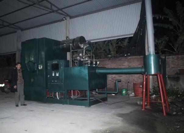 Ông Trịnh Đình Năng bên sản phẩm lò đốt rác thải y tế độc hại (ảnh lớn). v Rất nhiều bằng khen được treo tại phòng làm việc của ông Năng.