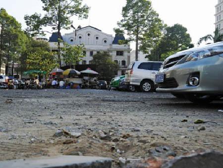 Bãi giữ xe và bến xe đằng sau Nhà hát TP.HCM. Ảnh: Phan!