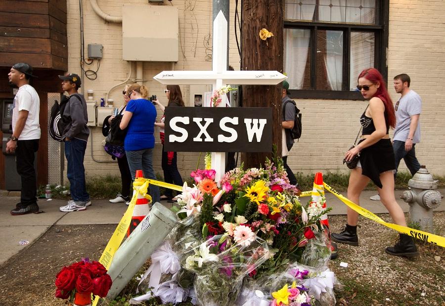 Những bó hoa cầu nguyện cho các nạn nhân xấu số.