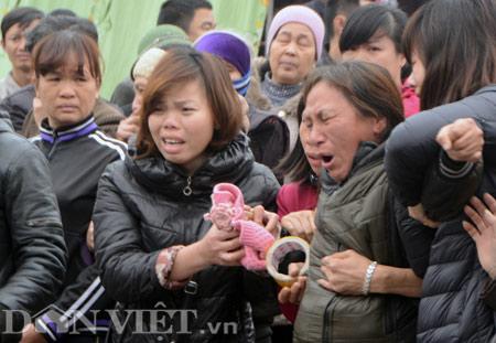 Mẹ vợ anh Quý cũng kiệt quệ phải nhờ nhiều người dìu để đưa tiễn đám tang.