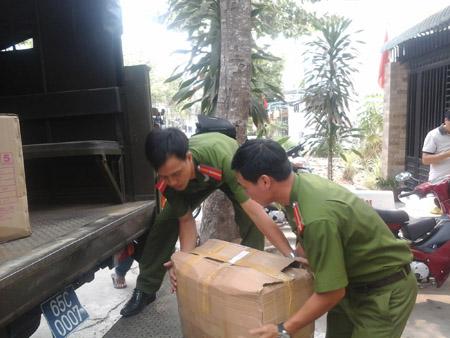 Lực lượng chức năng đang niêm phong  toàn bộ lô hàng để xử lý.