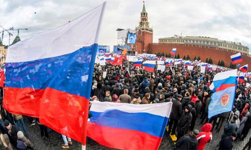 Người ủng hộ tập trung tại Quảng trường Đỏ, trung tâm Moscow, sau khi Crimea chính thức sáp nhập vào Liên bang Nga. Ảnh: AFP