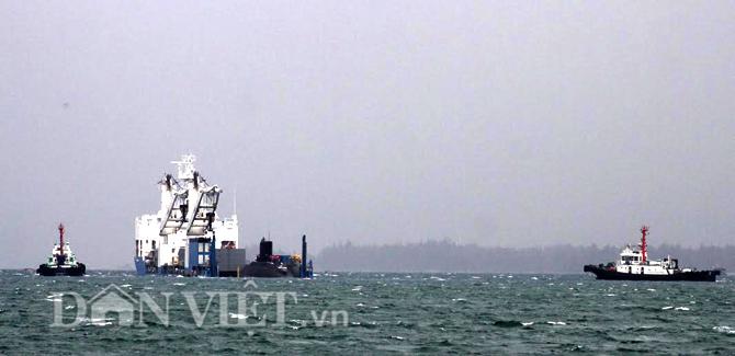 Khoảng 12h30 trưa nay (22.3), hai tàu lai kéo thuộc Tổng Công ty Tân Cảng đã triển khai đội hình lai kéo tàu ngầm Kilo TP.HCM.