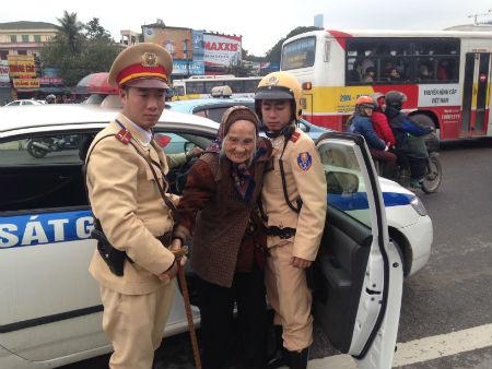 Các chiến sĩ CSGT đưa cụ bà tìm lại nhà nhưng không thành công.