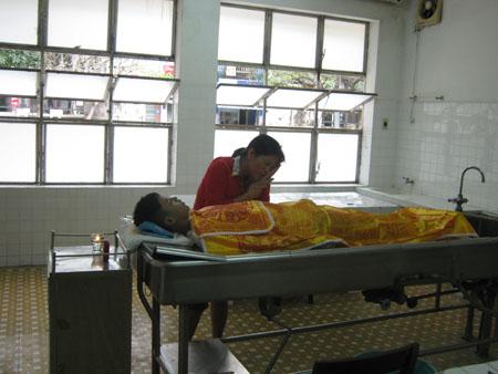 Ảnh thi thể Tạ Minh Trí đang làm thủ tục mai táng