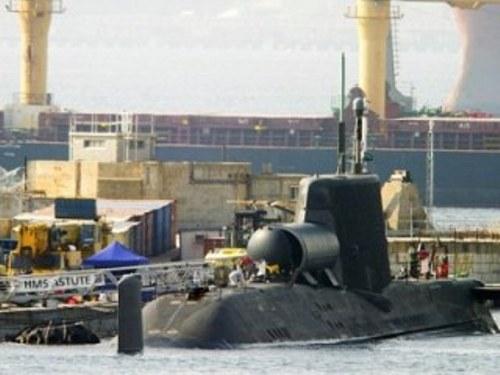 Tàu ngầm mini được gắn trên thân tàu ngầm HMS Astute - Ảnh: AFP