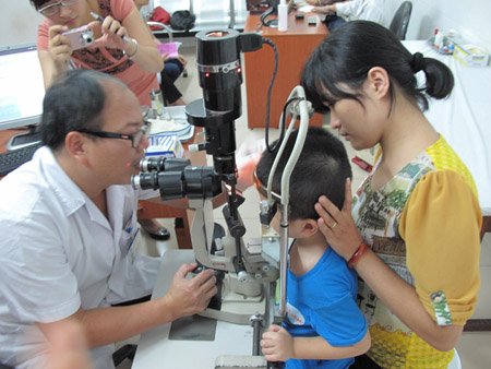 Trẻ em bị các bệnh về mắt sẽ được BHYT thanh toán khi điều trị.