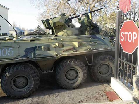 Xe thiết giáp đâm đổ cổng căn cứ do lính Ukraine nắm giữ (ảnh: Independent)