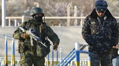 Lính Nga áp chế lính Ukraine (ảnh: Reuters)