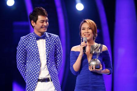 Mỹ Tâm bất ngờ nhận cup MTV Đông Nam Á trên sân khấu Idol