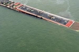 Sà lan chở dầu bị chìm sau va chạm. (Nguồn: Reuters)