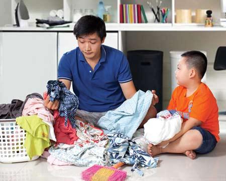 Chồng quay cuồng với việc chăm sóc con cái khi vợ vắng nhà.