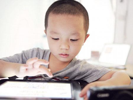 Để trẻ vùi đầu vào iPad đang trở thành một trong những giải pháp úm con, giữ cho con an toàn một cách tiêu cực và bất cập. Ảnh: P!