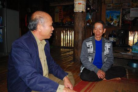 Ông Hà Đình Viên (bên phải) kể truyền thuyết người khổng lồ