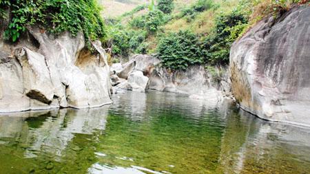Suối Nậm Mả - nơi dẫn đến vết chân khổng lồ