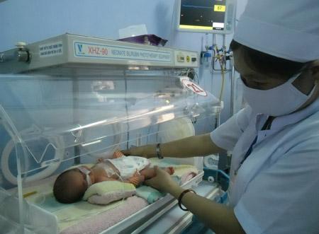 Một trong hai bé gái con của H.T.T, tại Bệnh viện Sản nhi Phú Yên