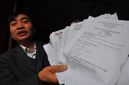 Ông Nguyễn Đình Nguyên cho phóng viên xem các giấy tờ,  hóa đơn mua hàng để phục vụ việc nuôi gián đất trị giá 2,6 tỷ đồng.