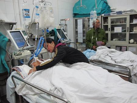 Cấp cứu nạn nhân tai nạn giao thông tại Bệnh viện Việt Đức (Hà Nội).
