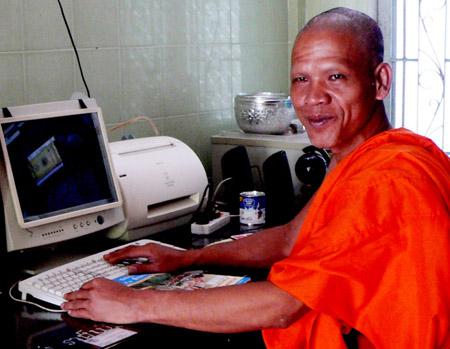 Máy tính được đưa vào phục vụ các hoạt động phật sự.