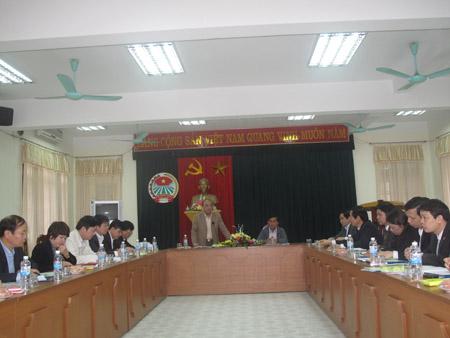 Chủ tịch Nguyễn Quốc Cường (đứng) tại buổi làm việc với Hội ND Thái Bình.