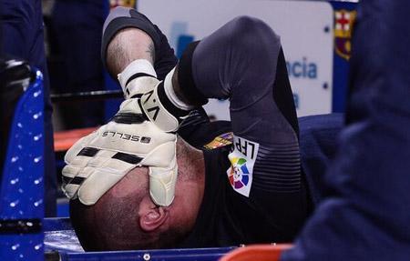 Dính chấn thương nặng, Victor Valdes đành nói lời chia tay sớm với Barca..