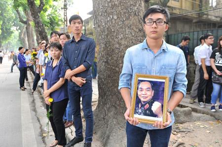Người dân đến viếng Đại tướng Võ Nguyên Giáp (tháng 10.2013) tại nhà riêng ở Hà Nội.