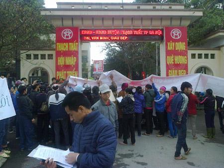Người dân bức xúc tụ tập ở cổng UBND huyện Thạch Thất khiếu nại việc bị cưỡng chế.