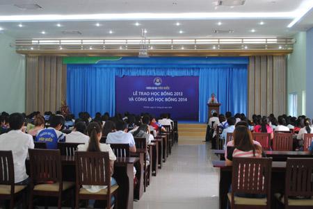 Toàn cảnh Lễ Trao học bổng 2013 và công bố học bổng 2014 của ĐH Văn Hiến