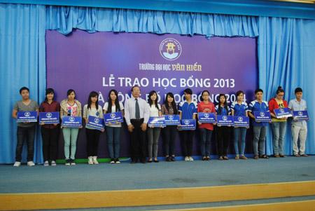 PGS.TS Trần Văn Thiện, Hiệu trưởng nhà trường trao học bổng cho các bạn sinh viên
