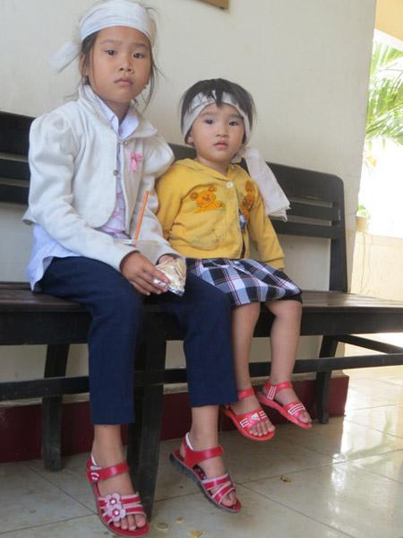 Hai con gái ông Kiều; trong đó, bé em đang 8 tháng trong bụng mẹ thì cha bị đánh chết.