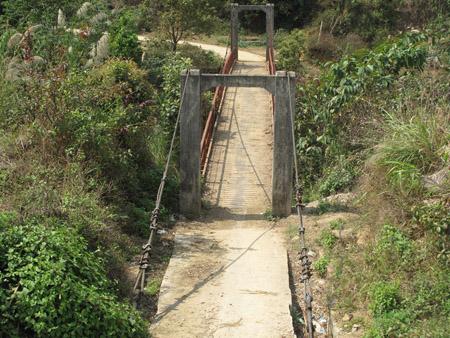 Hiện có rất nhiều cầu treo dân sinh đã xuống cấp, cần sửa chữa.