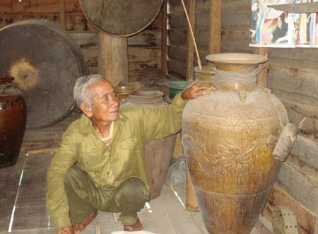 Già làng Rơ Ô Nang và những bảo vật.